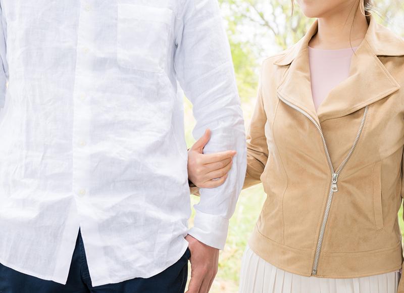 友人が目撃!見知らぬ女性と歩く夫
